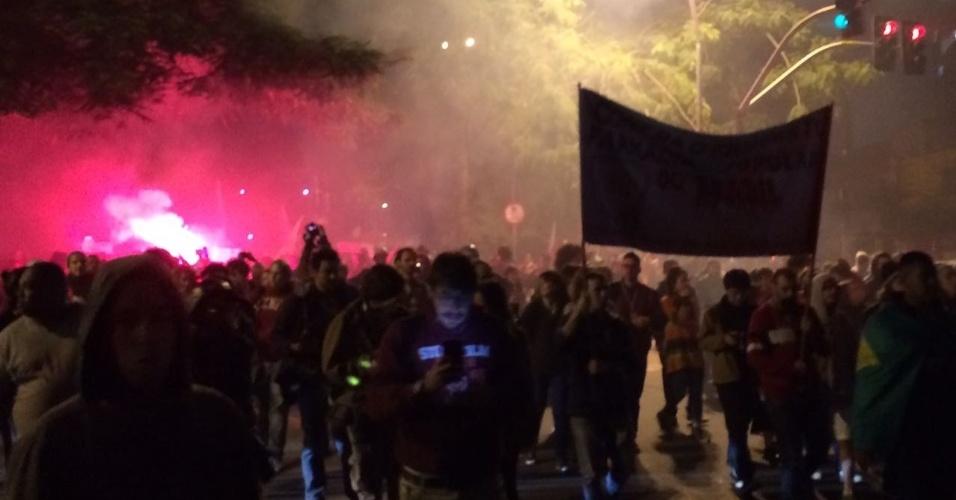 28.abr.2017 - Manifestantes seguem pela avenida Brigadeiro Faria Lima, na zona oeste de São Paulo, rumo à casa do presidente Michel Temer. Organizadores estimam 70 mil pessoas no protesto contra as reformas do governo
