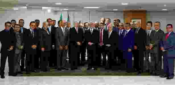 Ronaldo Nogueira (à esq. de Temer), ministro do Trabalho, e representantes da Igreja Assembleia de Deus Ministério Madureira posam para foto ao lado do presidente - Marcos Correa/PR