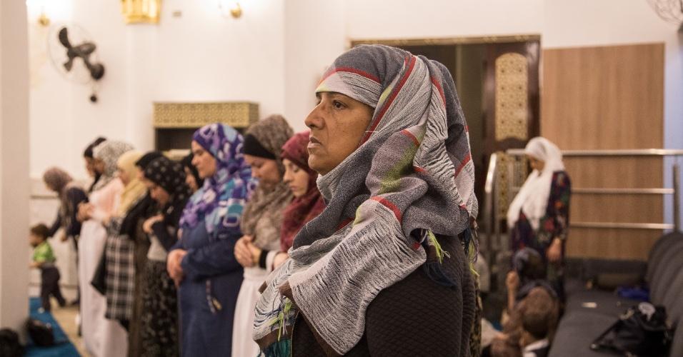 7.junho.2007 - A egípcia Jade Rebeca, há mais de 20 anos no Brasil, durante oração da quebra de jejum, na Mesquita Brasil, em São Paulo, durante o Ramadã