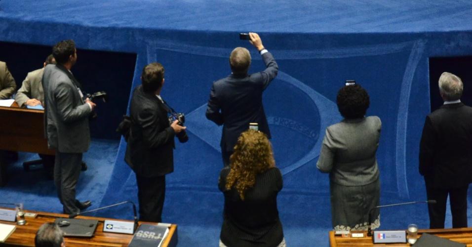 11.jul.2017 - Posição tentou argumentar com a oposição, durante a ocupação da mesa, para a retirada das senadoras e o início da votação