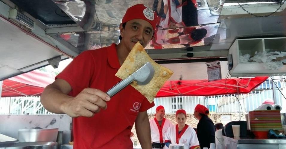Comerciante Vilson Kenji Watanabe, marido de Silvia Yamashiro, na barraca da feira em Curitiba