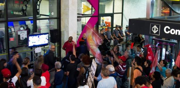 Grupo protesta em frente ao escritório da Presidência da República, na avenida Paulista, centro de São Paulo