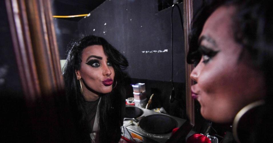 9.set.2017 - A cantora transgênero MC Trans se preparando em camarim antes de fazer apresentação em clube noturno na Rocinha, no Rio de Janeiro