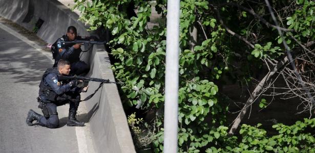 1ºfev.2018 - PMs trocam tiros com criminosos na Linha Amarela, que margeia a favela da Cidade de Deus, na zona oeste carioca