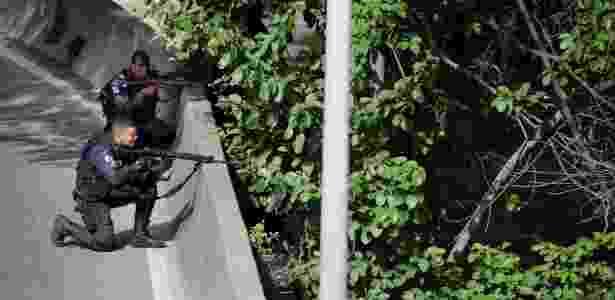 1ºfev.2018 - PMs trocam tiros com criminosos na Linha Amarela, que margeia a favela da Cidade de Deus, na zona oeste carioca - Gabriel de Paiva / Agência O Globo