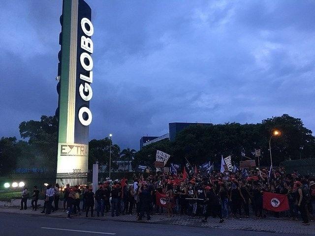 """8.mar.2018 - Membros do MST (Movimento dos Trabalhadores Sem-Terra) fazem protesto em frente ao jornal """"O Globo"""", no Rio de Janeiro"""