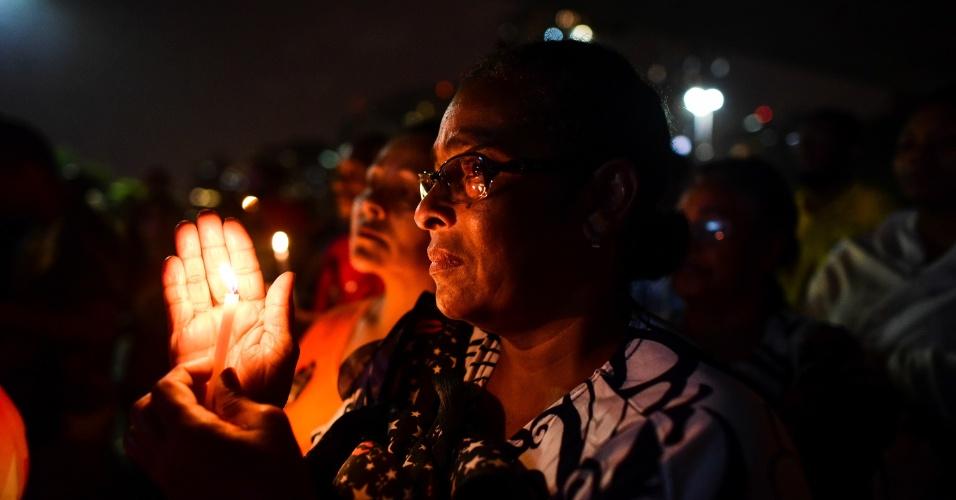 20.mar.2018 - Mulher segura vela durante ato em memória de Marielle Franco realizado em frente ao MASP (Museu de Arte de São Paulo), na avenida Paulista, centro de São Paulo. A vereadora (PSOL-RJ) foi assassinada junto ao seu motorista Anderson Gomes na última quarta-feira (14)