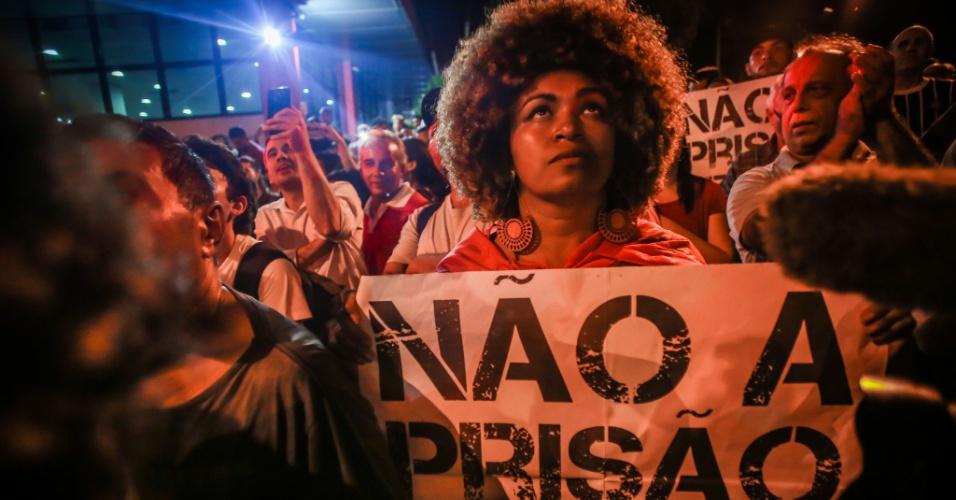 """Com cartaz que diz """"Não a prisão de Lula"""", manifestante participa de ato a favor do presidente Luiz Inácio Lula da Silva realizado na sede do Sindicato dos Metalúrgicos, em São Bernardo do Campo (SP)"""
