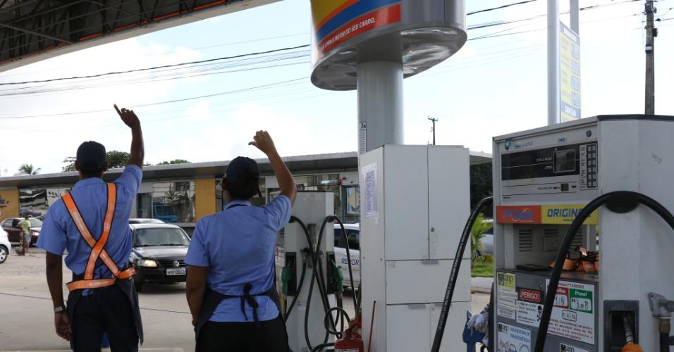 Movimento intenso em posto de combustível na PE-15, em Olinda (PE), na manhã desta quarta-feira (23). O protesto de caminhoneiros contra o preço do diesel afeta o fornecimento de combustível na região metropolitana do Recife. Houve redução em 8% no número de viagens, segundo o Grande Recife Consórcio de Trasporte, para evitar desabastecimento da frota