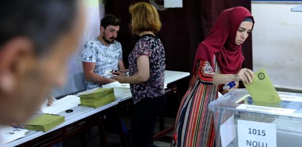 Mulher deposita seu voto nas eleições a Presidência e Parlamento em Istambul  - Goran Tomasevic/Reuters