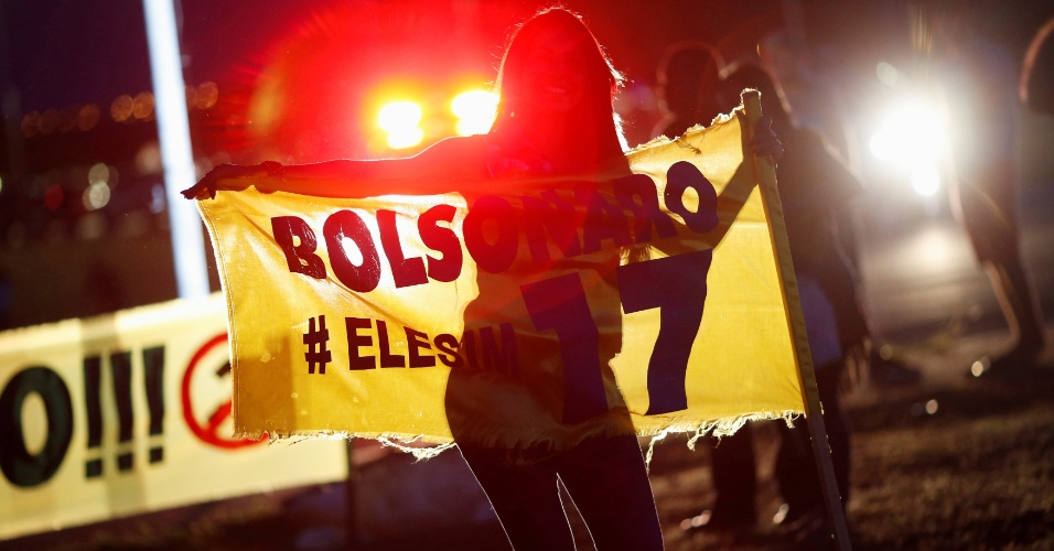 Mulher comemora o resultado das eleições usando a faixa escrita ?Ele Sim?, uma frase criada pelos apoiadores de Bolsonaro contra a campanha do ?Ele Não?