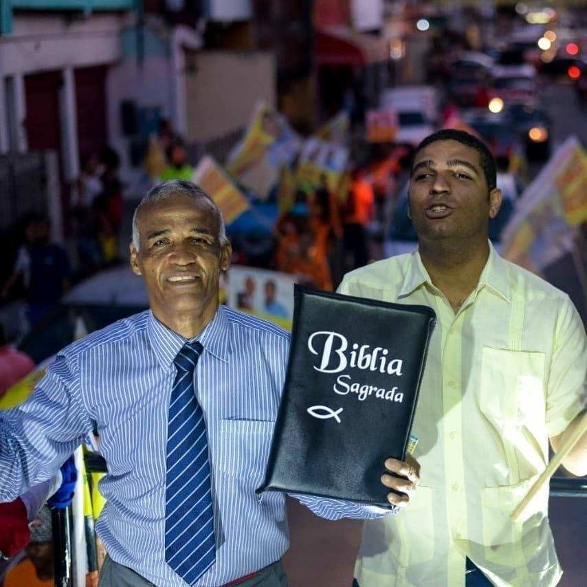 25.ago.2018 - Pastor Sargento Isidório (Avante) foi o deputado federal mais votado da Bahia, com 323 mil votos. João Isidório (Avante), filho do pastor e ao lado dele na foto, foi o mais votado para o Legislativo baiano, com 110 mil votos