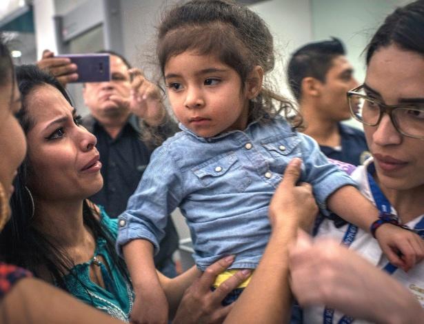Fernanda Jacqueline Davila, 2 anos, com parentes depois de retornar a San Pedro Sula, Honduras - Daniele Volpe/The New York Times