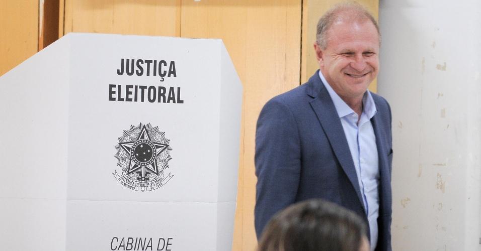 28.out.2018 - Gelson Merísio (PSD), candidato a governador de SC, vota no segundo turno, no Colégio Bom Pastor, em Chapecó (SC)