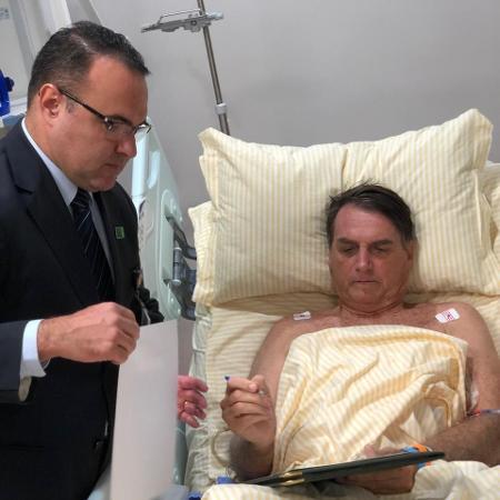 31.jan.2019 - O presidente Jair Bolsonaro (PSL) despacha de quarto do hospital Albert Einstein, em São Paulo. - Divulgação/Presidência da República