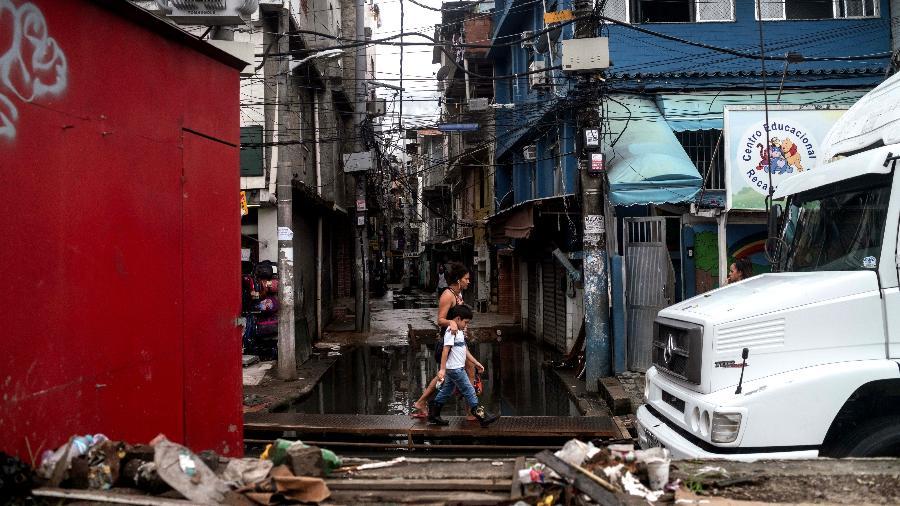 Moradores do bairro carioca de Rio das Pedras, dominado por milícias ma zona oeste do Rio - Ricardo Borges/UOL