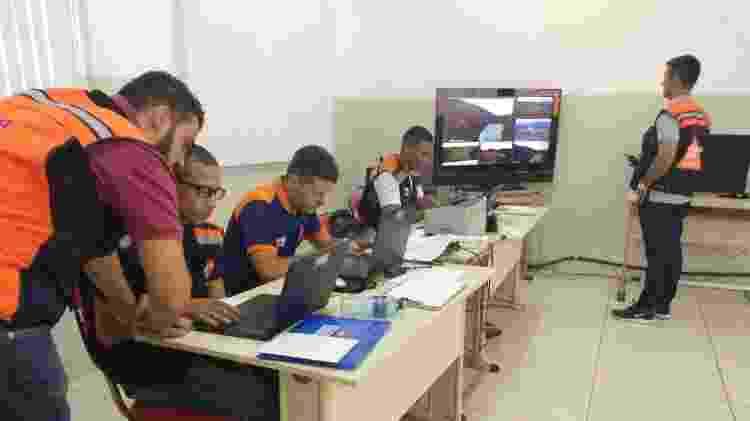 Equipe no posto de comando da Defesa Civil acompanha talude e barragem de Gongo Soco em tempo real, a partir de imagens enviadas pelo centro de controle da Vale - Luciana Quierati/UOL