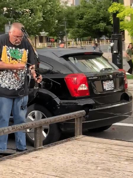 Homem tenta atacar manifestantes com arco e flecha em Salt Lake City - Reprodução/Twitter