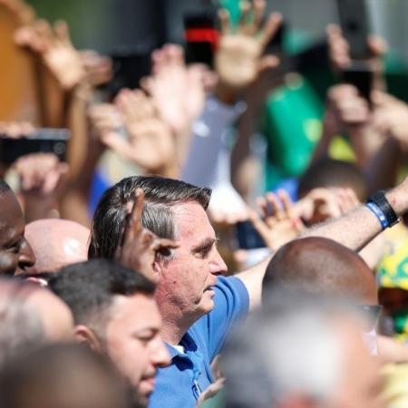 O presidente Jair  Bolsonaro tem se misturado sem máscara nas manifestações -