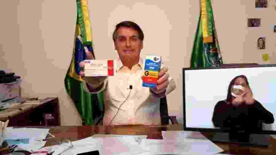 Jair Bolsonaro exibe caixas de hidroxicloroquina e Annita em live no Facebook e YouTube - Reprodução/Facebook