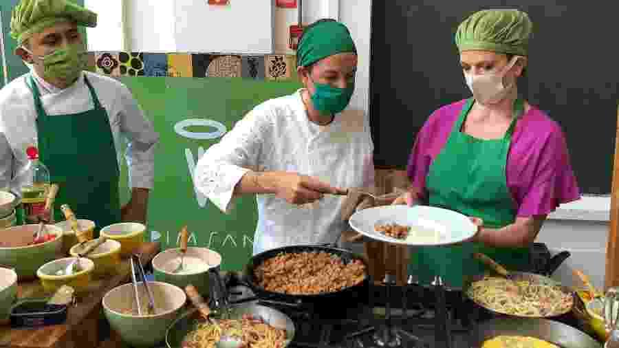 O chef Flávio Dias, Morena Leite e a secretária do Desenvolvimento Social Celia Parnes - Paulo Sampaio/UOL