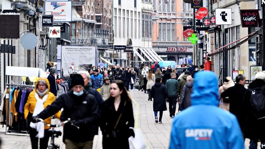 Arquivo  - Pessoas andam nas ruas em meio à pandemia em Copenhague; Dinamarca vai conseguir acelerar a reabertura das atividades a partir de 21 de abril - Ritzau Scanpix/Philip Davali via Reuters