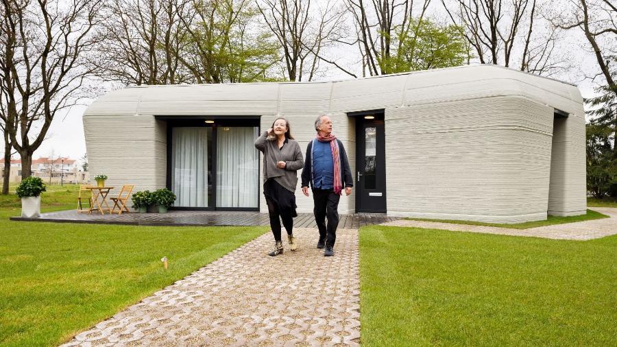 Casal Elize Lutz e Harrie Dekkers vai morar em casa feita em impressora 3D em Eindhoven, no sul da Holanda - Divulgação/Weber