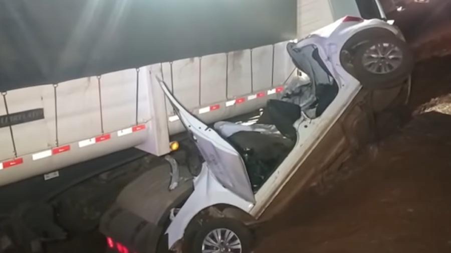 Acidente entre caminhão e carro deixou cinco mortos no PR - Reprodução/Policial Web