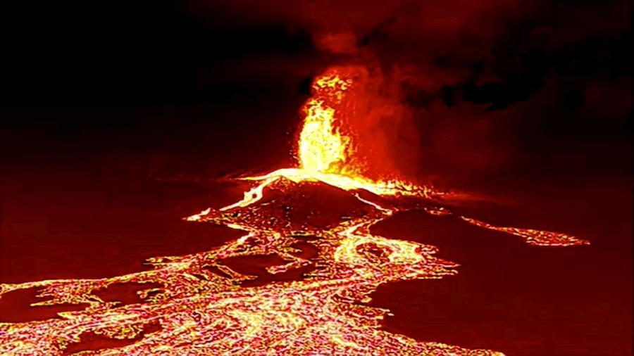 Imagem de um vídeo feito por um drone noturno mostra o vulcão em erupção e a lava a caminho do mar na ilha de La Palma, na Espanha - Spanish Emergency Military Unit (UME)/Reuters