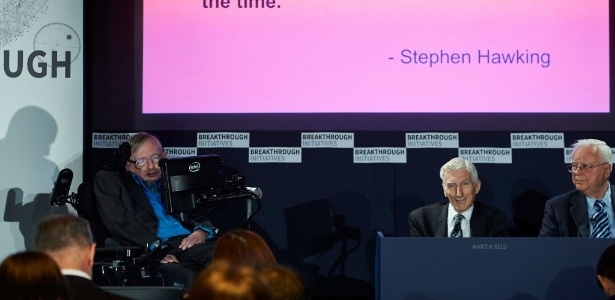 O astrofísico britânico Stephen Hawking (à esquerda) participa de uma conferência em Londres