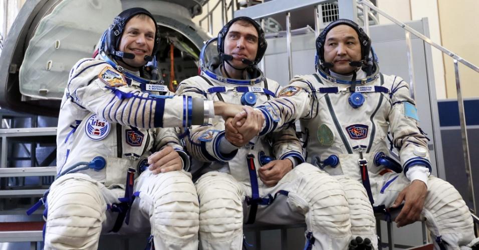 7.ago.2015 - O dinamarquês Andreas Mogensen, o russo Sergei Volkov e o cazaque Aydyn Aimbetov (da esq. para dir.), membros da próxima expedição rumo à Estação Espacial Internacional se preparam para nova sessão de treinamento na Cidade das Estrelas, nos arredores de Moscou. A missão está prevista para o dia 2 de setembro