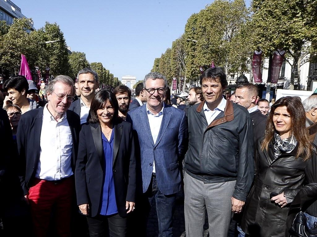 27.set.2015 - O prefeito de São Paulo, Fernando Haddad (PT), posa para foto junto com sua mulher, Ana Estela (primeira à direita), a prefeita de Paris, Anne Hidalgo (centro), o prefeito de Bristol (Reino Unido), George Ferguson (à esquerda dela), e o prefeito de Bruxelas (Bélgica), Yvan Mayeur (terceiro à esquerda) durante o