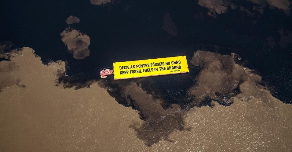 1º.out.2015 - Ativistas do Greenpeace exibiram faixa na Amazônia para protestar contra o leilão de energia voltado para petróleo e gás que o governo federal promoverá na próxima quarta-feira (7). Serão oferecidos 266 blocos para exploração, sendo que desse total 182 estão localizados em terra, e alguns em plena floresta Amazônica. O Greenpeace tenta cancelar o evento, por acreditar que ele é um incentivo a fontes sujas e poluentes de energia, e por alguns blocos exploratórios estarem sobre dez grandes bacias hidrográficas, como as do Amazonas e Parnaíba