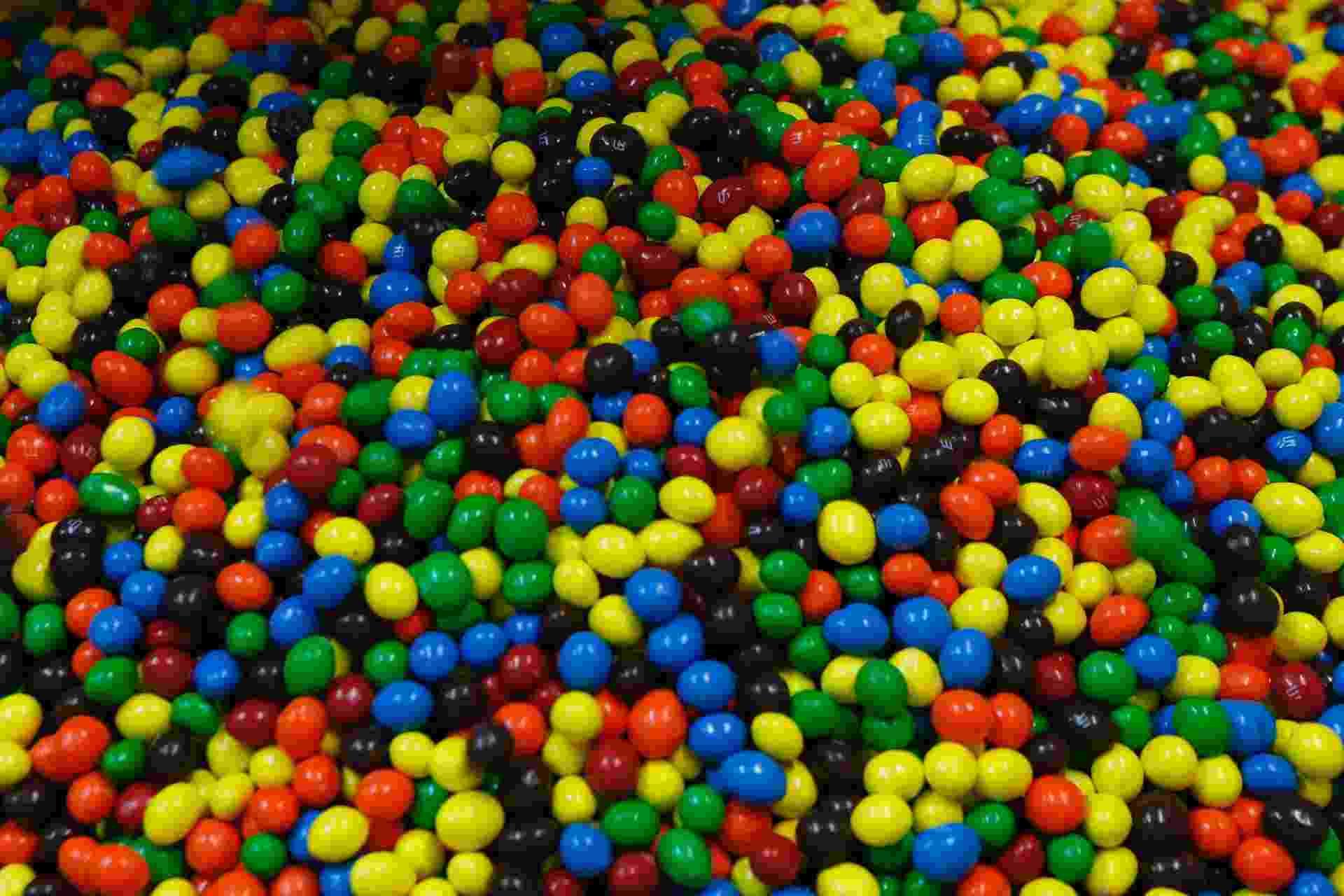 Um dos doces mais populares no mundo, o M&Ms chegou ao Brasil em 1994. Eles começaram a ser feitos aqui três anos depois. Clique nas imagens para ver como o confeito é produzido - Júnior Lago/UOL