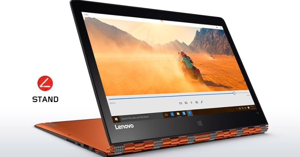 20.out.2015 - A Lenovo lançou o Yoga 900 Series, sucessor do laptop Yoga 3 Pro, que traz melhorias significativas em suas especificações. Isso inclui um processador Core i7 6500U da geração Skylake, 8 GB ou 16 GB de RAM, e 256 ou 512 GB de armazenamento em estado sólido. O dispositivo dobrável (para virar um tablet) chega ao mercado por a partir de US$ 1.200 (cerca de R$ 4.680)