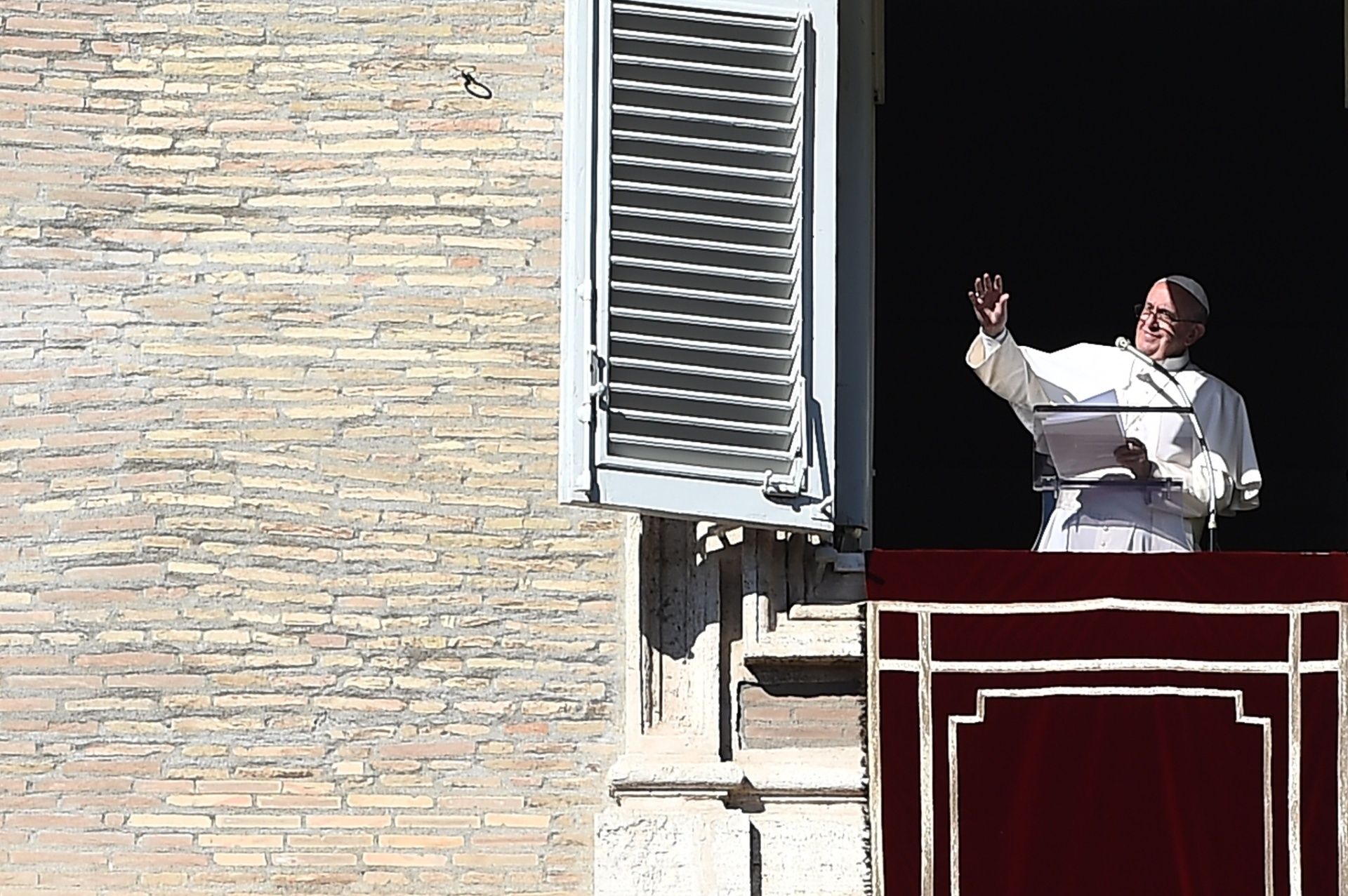 8.nov.2015 - Para Francisco cumprimenta multidão da janela do palácio apostólico com vista para a praça de São Pedro, durante a oração de domingo do Angelus , no Vaticano. O pontífice chamou de
