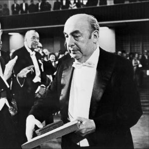 O poeta Pablo Neruda recebe o Prêmio Nobel de Literatura de 1971 - AFP