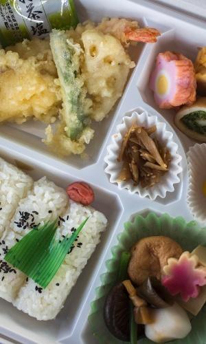 8.jan.2016 - Uma marmita japonesa, ou bentô, geralmente tem uma refeição com carne ou peixe, vegetais e arroz numa embalagem para viagem.