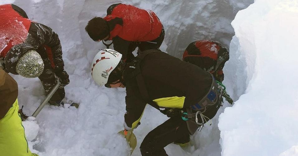 6.fev.2016 - Pelo menos cinco pessoas morreram na Áustria quando uma avalanche varreu um grupo de praticantes de esqui numa estância na região de Tirol, no oeste do país. Os mortos eram esquiadores tchecos, de um grupo de pelo menos 17 pessoas que foram resgatadas. Na foto, a operação de busca e salvamento tenta encontrar corpos das vítimas