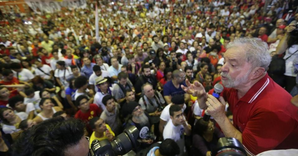 4.mar.2016 - Discurso do ex-presidente Luiz Inácio Lula da Silva (PT) na quadra dos Sindicatos dos Bancários, em São Paulo, foi intenso e agitou a militância do partido. Integrantes de partidos e movimentos sociais exaltaram o petista, com pedidos para concorrer à presidência e diversos cânticos