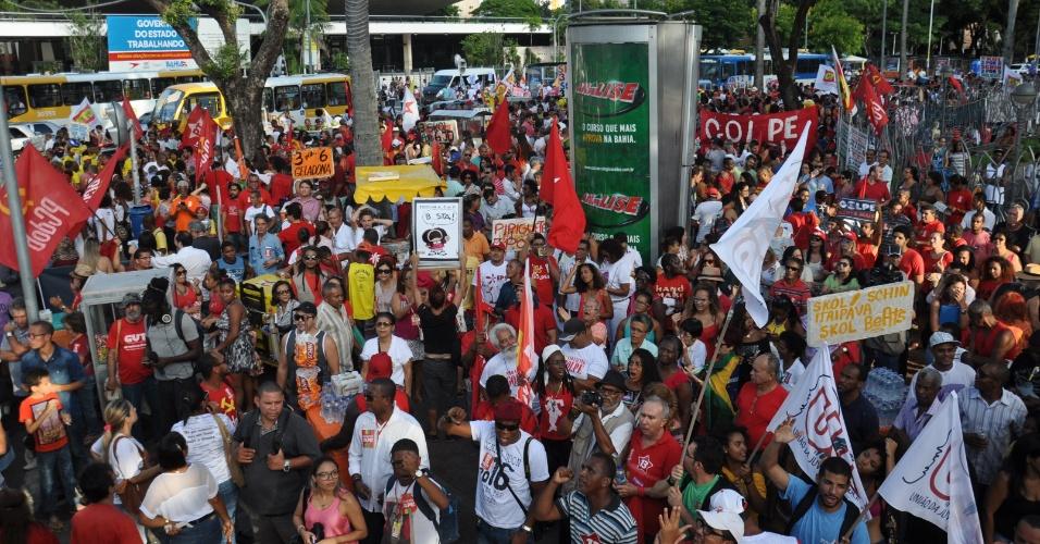 15.abr.2016 - Manifestantes da Frente Brasil Popular e a Frente Povo Sem Medo, que contam com dezenas de sindicatos e movimentos populares, protestam contra o processo de Impeachment da presidente Dilma Rousseff, no Campo Grande, em Sa