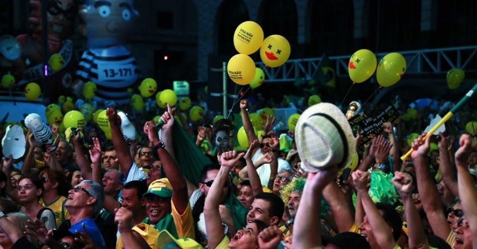 17.abr.2016 - Manifestantes favoráveis ao afastamento da presidente Dilma Rousseff, na avenida Paulista, região central de São Paulo, comemoram a cada voto pró-impeachment dos deputados federais no Congresso Nacional