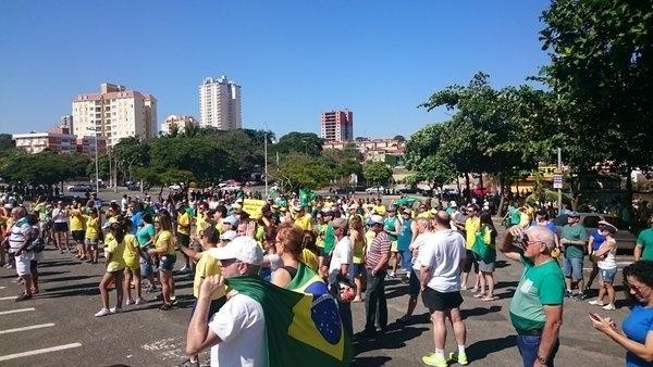 17.abr.2016 - Manifestantes se reúnem para protestar a favor do impeachment da presidente Dilma Rousseff, em Indaiatuba, interior de São Paulo