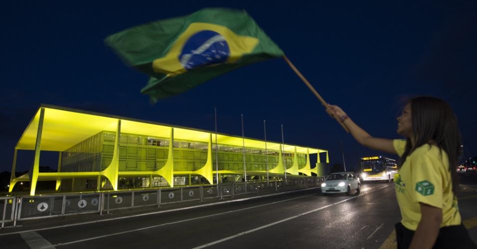 10.mai.2016 - Manifestantes protestam em frente ao Palácio do Planalto, em Brasília, a favor do impeachment da presidente Dilma Rousseff. Os senadores vão votar nesta quarta-feira a admissão do processo no Senado Federal