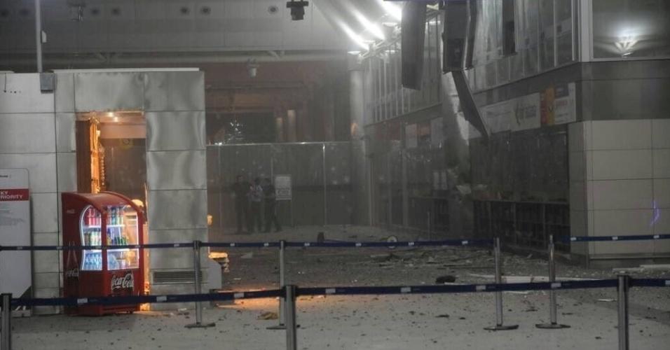 28.jun.2016 - Entrada do aeroporto de Ataturk, em Istambul, na Turquia, ficou destruída após homens dispararem fuzis e depois se explodirem no local, matando dezenas de pessoas morreram e ferindo centenas