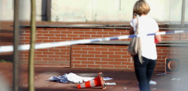 Mulher observa local onde um homem feriu duas policiais, em Charleroi, Bélgica