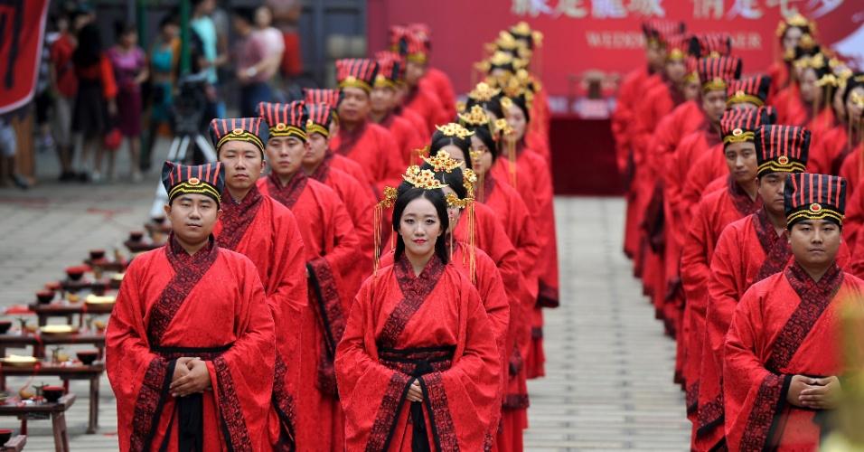 9.ago.2016 - 22 casais participaram de cerimônia de casamento coletivo em templo da cidade de Taiyuan, no norte da China. O evento acontece no Dia dos Namorados chinês, celebrado sempre no sétimo dia do sétimo mês lunar do calendário chinês