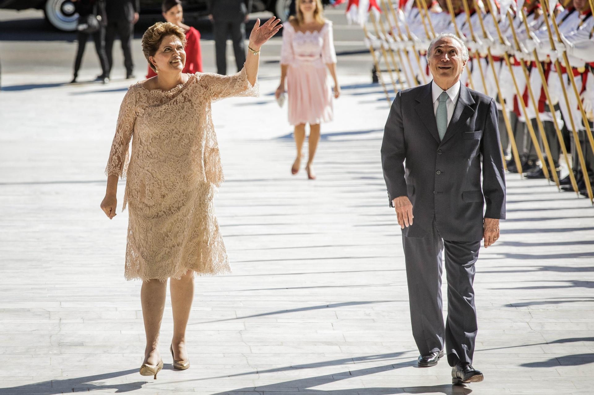 1º.jan.2015 - A presidente da República reeleita Dilma Rousseff ao lado do vice-presidente Michel Temer (PMDB), durante cerimônia de posse, no Palácio do Planalto, em Brasília