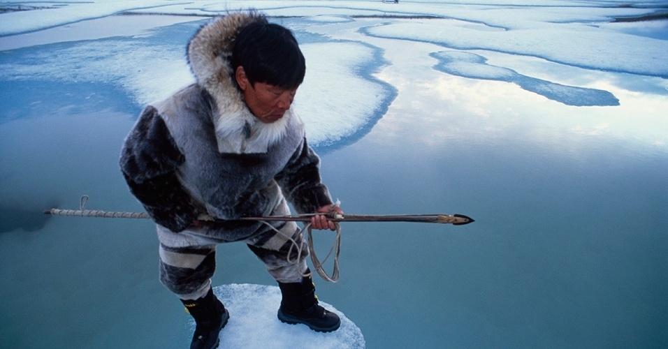 22.ago.2016 - Um caçador Inuit espera por uma foca no gelo em Nunavut, Canadá. As focas são importantes na cultura do povo Inuit há séculos, servindo de alimento. Atualmente, a pele também se tornou fonte de renda