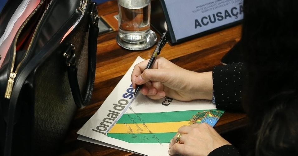 31.ago.2016 - A advogada Janaina Paschoal, uma das autoras do processo de impeachment contra a presidente afastada Dilma Rousseff, dá autógrafo no Jornal do Senado durante sessão final do julgamento do impeachment